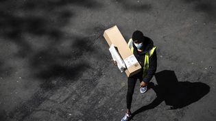 Un livreur dans une rue de Paris, le 15 avril 2020 (illustration). (JOEL SAGET / AFP)