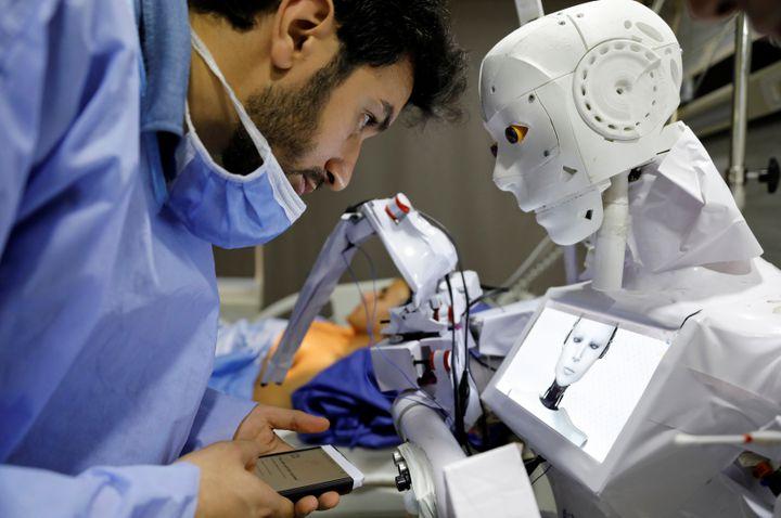 L'ingénieur égyptien Mahmoud el-Komy, 26 ans, concepteur du robot Cira-3, testé dans un hôpital de Tanta, au nord du Caire. (MOHAMED ABD EL GHANY / X02738)