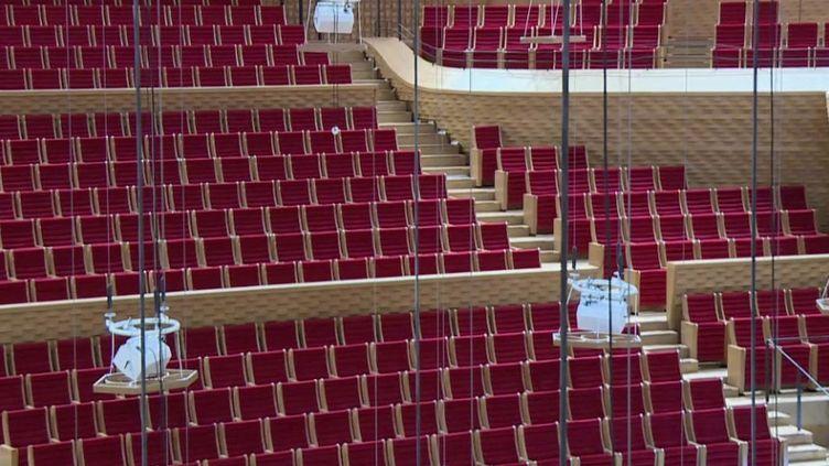 Théoriquement, les salles de spectacle de moins de 5 000 places ont le droit de rouvrir, mais dans les faits, la situation est plus compliquée. Les contraintes sanitaires mettent à mal la rentabilité économique. (FRANCE 3)