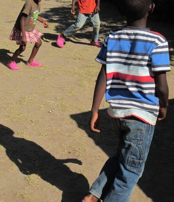 Des enfants en train de jouer à Kabwe, ville du centre de la Zambie touchée par le plomb.    (Juliane Kippenberg / Human Rights Watch 2018)