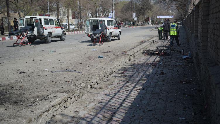 Le kamikaze s'est fait exploser devant l'université de Kaboul (Afghanistan), mercredi 21 mars. (SHAH MARAI / AFP)