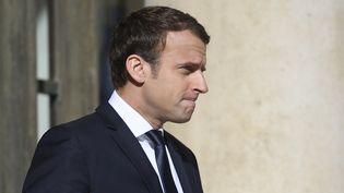 Emmanuel Macron attend le président sénégalais devant l'Elysée (Paris), le 12 juin 2017. (LIONEL BONAVENTURE / AFP)