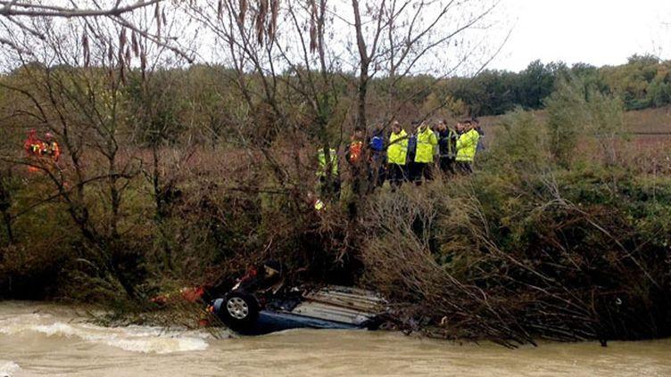 (La voiture emportée cette nuit par la Droude. Cinq personnes ont péri dans le Gard et en Lozère à cause des intempéries.)