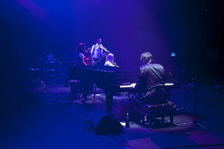 Chilly Gonzales et son liveband spécialement monté pour le Festival des Inrocks à l'Olympia. (RENAUD MONFOURNY/ INROCKS FESTIVAL)