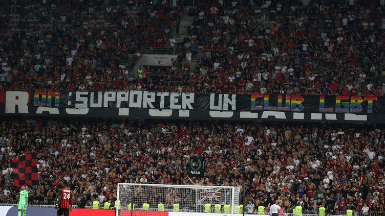 """Le 28 août 2019, lors de la rencontre Nice-OM, une banderole """"OM : supporter un club LGBT pour lutter contre l'homophobie"""", brandie par les supporters du club niçois. (VALERY HACHE / AFP)"""