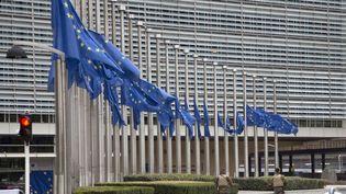 Les drapeaux européensont été mis en berne devant la Commission européenne, à quelques centaines de mètre de la station Maelbeek (Bruxelles), lieu d'une explosion mardi 22 mars 2016. (VIRGINIA MAYO / AP / SIPA)