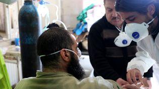 Un homme se fait traiter dans un hôpital d'Idleb (Syrie), après une attaque chimique à Khan Cheikhoun, le 4 avril 2017. (MOHAMMED KARKAS / ANADOLU AGENCY / AFP)