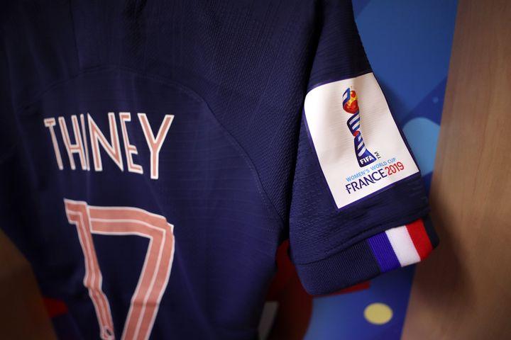 Le maillot de Gaëtane Thiney dans le vestiaire du Roazhon Park de Rennes (Ile-et-Villaine) avant le match France-Nigeria, le lundi 17 juin 2019. (CATHERINE IVILL - FIFA / FIFA / GETTY IMAGES)