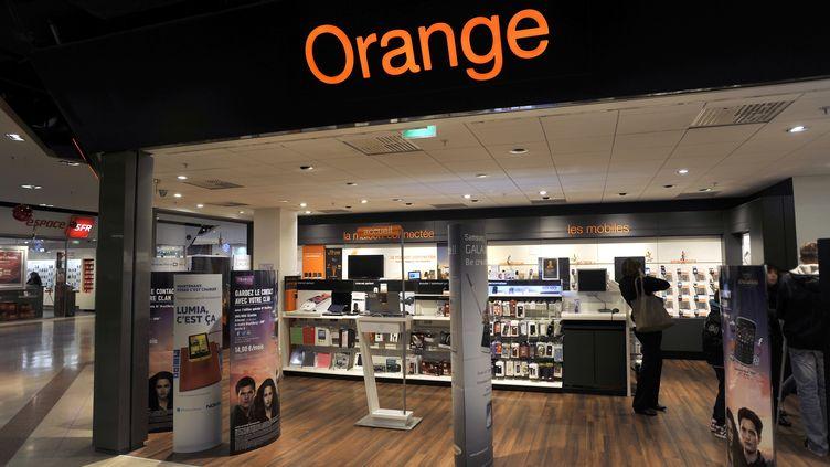 """Selon """"Le Monde"""" du 20 mars 2014, France Télécom-Orange aide les services secrets français à intercepter massivement des conversations sur son réseau. (ALAIN LE BOT / AFP)"""