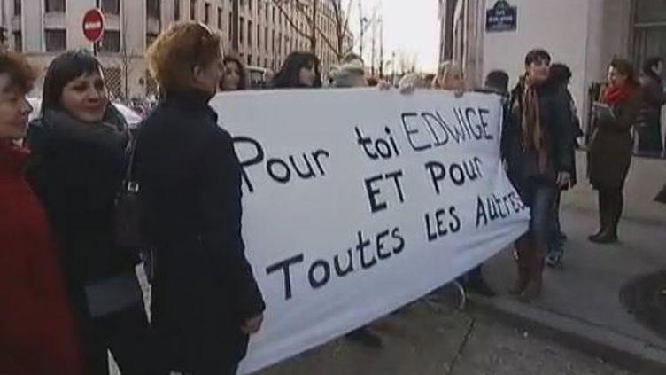 Des femmes porteuses de prothèses mammaires PIP défilent devant le ministère de la Santé, à Paris, où se tient un comité de suivi, le 14 décembre 2011. (CAPTURE D'ECRAN / FRANCE 2 NICE)
