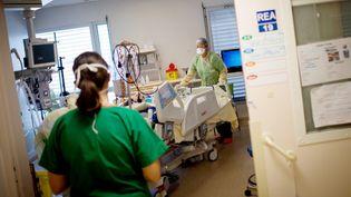 Dans une unité dédiée au Covid-19, à l'hôpital de Nantes (Loire-Atlantique), le 19 mai 2020. (LOIC VENANCE / AFP)