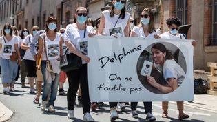 Une marche blanche en l'honneur de Delphine Jubillar, le 12 juin 2021, àCagnac-les-Mines (Tarn). (FRED SCHEIBER / AFP)