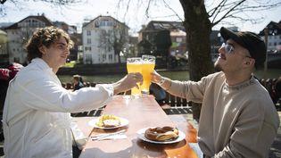 A Tübingen (Bade-Wurtemberg), le 28 mars 2021. Les personnes présentant un test négatif peuvent retrouver les terrasses, les salons de coiffure ou encore les théâtres. (TOM WELLER / DPA / AFP)