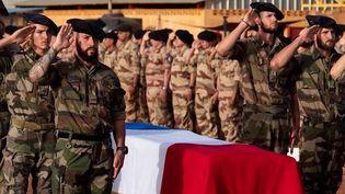 Emmanuel Macron présidera aux Invalides, mercredi 29 septembre, un hommage national au caporal-chef Maxime Blasco tué vendredi 24 septembre au Mali lors de l'opération Barkhane. Ses frères d'armes témoignent. (CAPTURE ECRAN / FRANCEINFO)