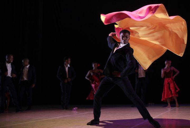 Chez Dada Masilo, le toreador de Carmen fait virevolter sa cape rose et jaune  (John Hogg)