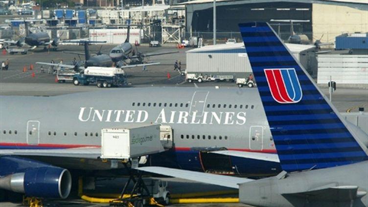 Un avion de la compagnie United Airlines sur un terminal de l'aéroport de San Francisco (05/12/2002) (AFP / John G. Mabanglo)