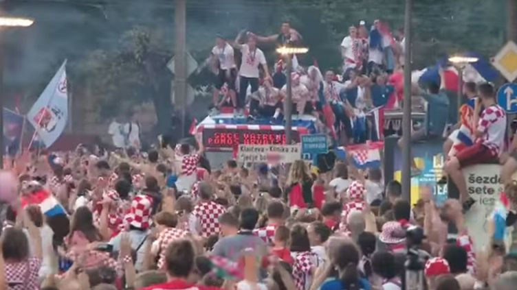 Le bus des joueurs croates tente de traverser les rues de Zagreb