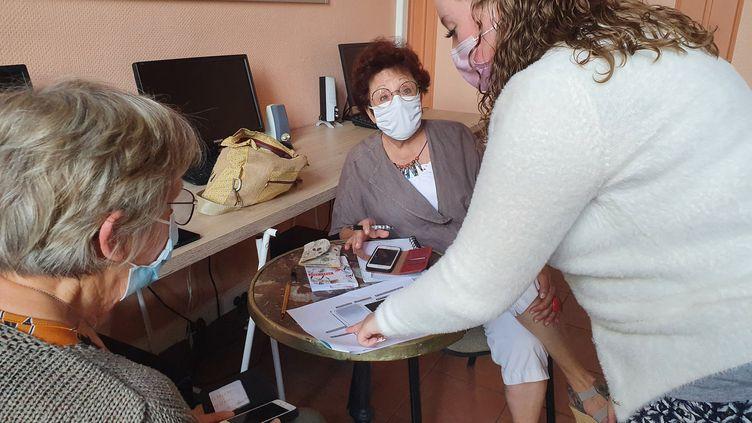 Sarah Bardon, conseillère numérique dans l'Aisne, lors d'une séance d'initiation au smartphone (BORIS HALLIER / FRANCE-INFO)