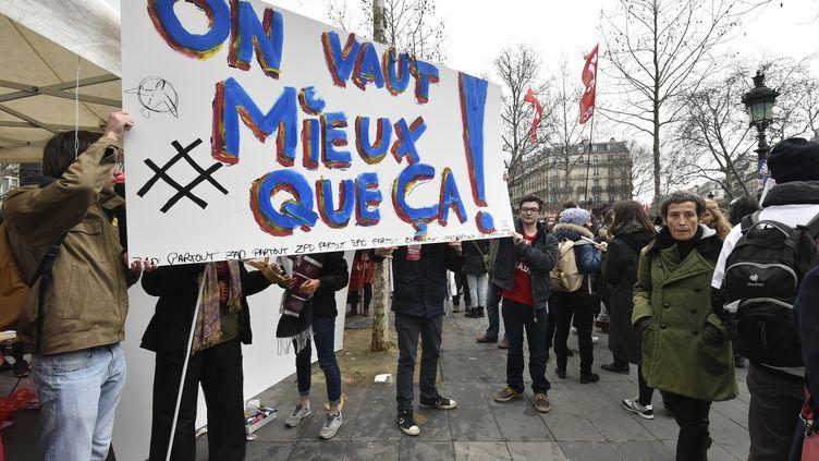 Des manifestants contre le projet de réforme du Code du travail, le 9 mars 2016, place de la République à Paris. (DOMINIQUE FAGET / AFP)