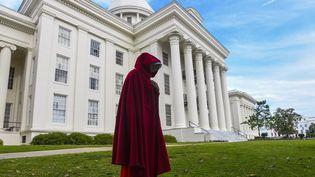 """Une manifestante américaine habillée comme un personnage de la série TV """"La Servante écarlate"""" d'après le roman éponyme deMargaret Atwood. (JULIE BENNETT / GETTY IMAGES NORTH AMERICA)"""
