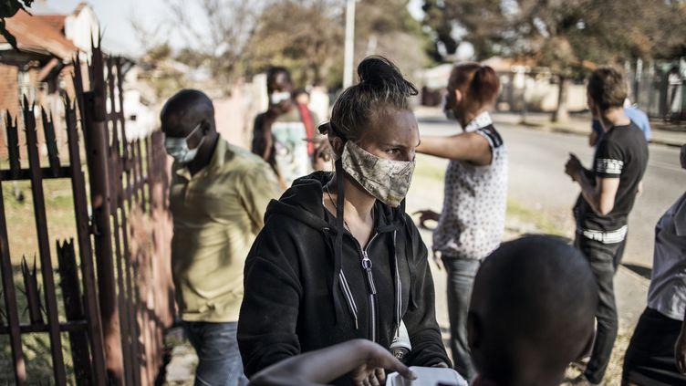 Une distribution de nourriture organisée par une organisation caritative, à Johannesburg (Afrique du Sud), le 12 mai 2020. (MARCO LONGARI / AFP)