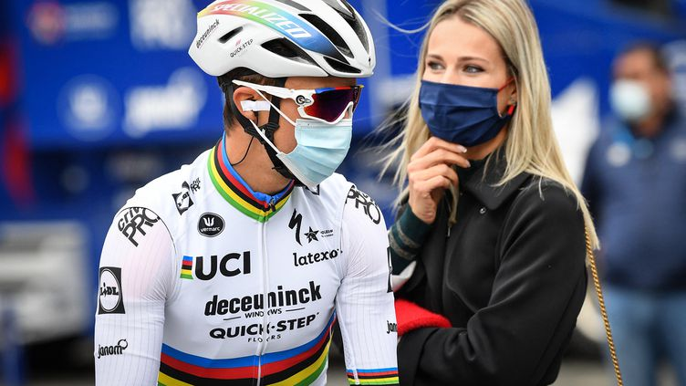 Marion Rousse et le cycliste Julian Alaphilippe à Louvin (Belgique) lors d'une étape du Tour de France 2020.  (DAVID STOCKMAN / BELGA / AFP)