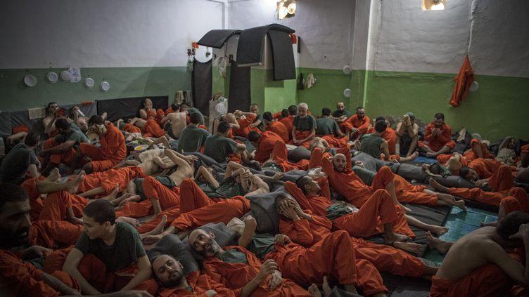 Des prisonniers suspectés d'être membres de l'Etat islamique, le 26 octobre 2019, à Hasakeh (Syrie). (FADEL SENNA / AFP)