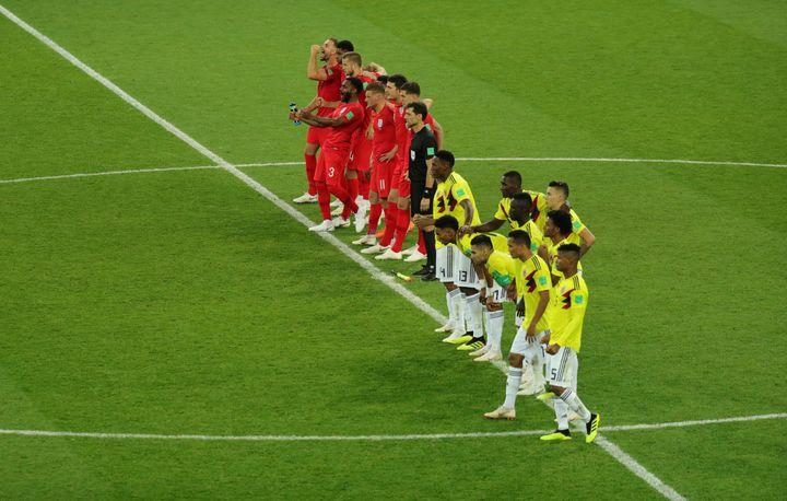 Anglais et Colombiens dans le rond central, lors de la séance de tirs au but remportée par l'Angleterre, le 3 juillet 2018 à Moscou en Russie. (CHRISTIAN CHARISIUS / DPA)
