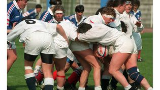 La France affronte l'Angleterre en demi-finale du Championnat d'Europe féminin de rugby, à Nice (Alpes-Maritimes), le 4 avril 1997. (ALAIN FULCONIS / AFP)