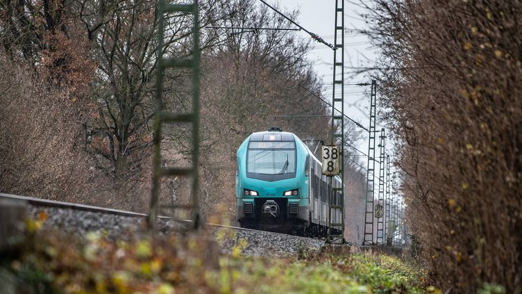 Un train de la compagnie allemandeDeutsche Bahn, le 6 décembre 2019. (GUIDO KIRCHNER / DPA / AFP)