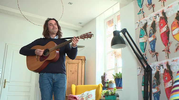 Le chanteur Valentin Vander donne un concert privé à Toulouse. (FRANCEINFO)