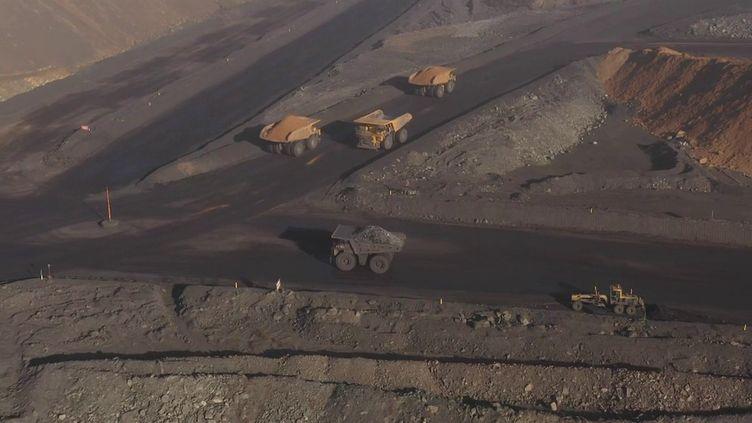 En Chine, les miniers et transporteurs de charbon sont en pleine course contre la montre, alors que l'hiver approche. (CAPTURE ECRAN FRANCE 2)
