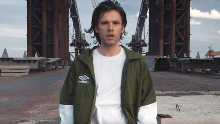 """Orelsan dans le clip """"Basique"""", septembre 2017.  (Saisie écran)"""