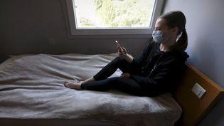 Une étudiante de Haute-Garonne confinée dans sa chambre de 9m2, le 14 avril 2020. (XAVIER DE FENOYL / MAXPPP)
