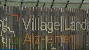 C'est un parc entouré de commerces exclusivement destiné à des malades atteints d'Alzheimer.  (FRANCE 3)