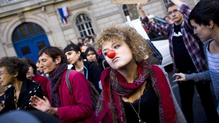 """Des """"indignés"""" défilent contre les mesures d'austérité, le 15 octobre 2011 à Paris. (RAFAEL YAGHOBZADEH/ SIPA)"""