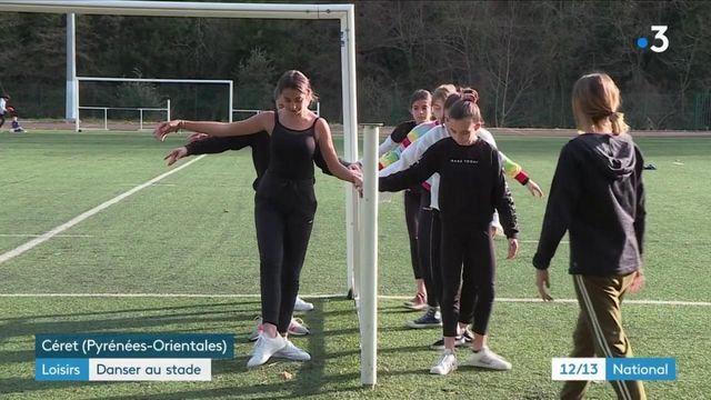Covid-19 : faute de local ouvert, des danseuses classiques s'entraînent sur un terrain de sport