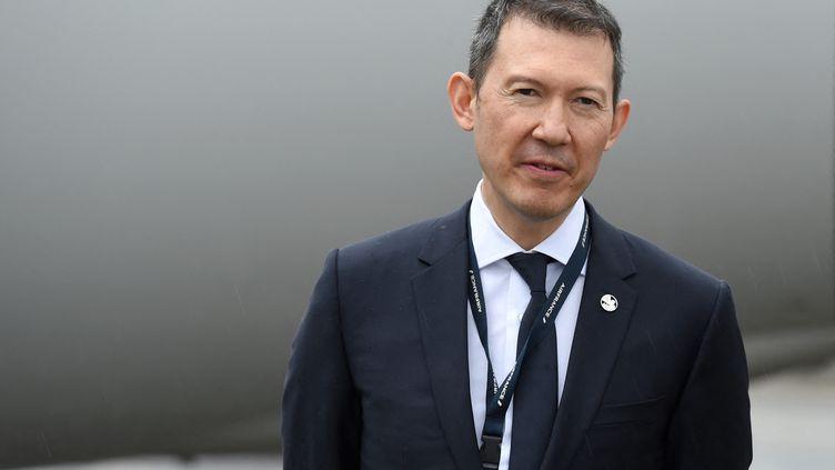 Benjamin Smith, directeur général d'Air France-KLM, se tient à l'aéroport de Roissy, le 18 mai 2021. (ERIC PIERMONT / AFP)