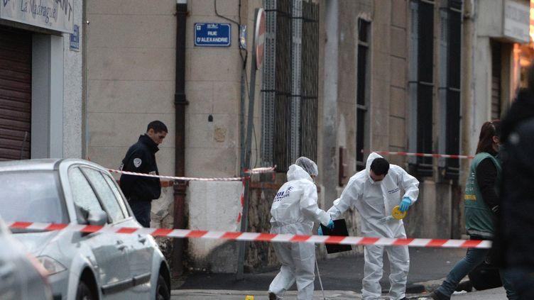 Des policiers enquêtent le 17 novembre 2013 à Marseille (Bouches-du-Rhône), après la mort par balles d'un jeune homme. (ANNE-CHRISTINE POUJOULAT / AFP)