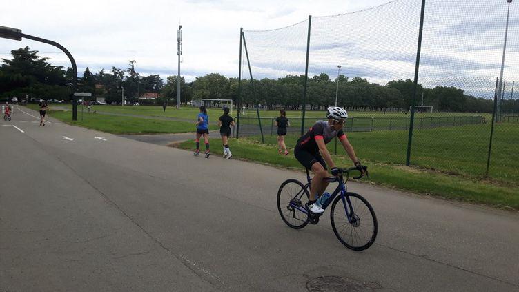 Au Parc de Parilly à Lyon, le 6 juin 2020, de nombreux coureurs et cyclistes ont pu reprendre leurs activités. (JÉRÔME VAL / RADIO FRANCE)