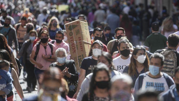 Dans le centre-ville de Mexico qui connaît unegrande concentration de cas de Covid-19, le 13 décembre 2020. Photo d'illustration. (PEDRO PARDO / AFP)