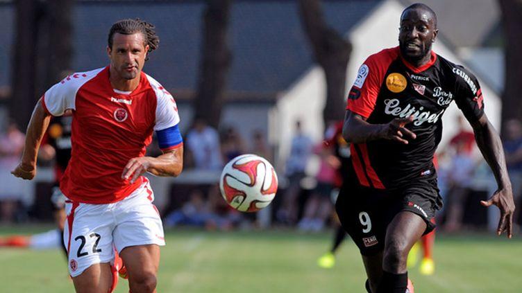 Guingamp compte encore sur Mustapha Yatabaré, à la lutte ici avec le rémois Mickaël Tacalfred, pour faire trembler les filets adverses cette saison. (FRED TANNEAU / AFP)