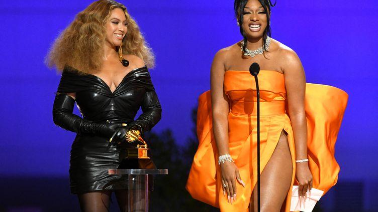 """Beyoncé et Megan Thee Stallion reçoivent le prix de la meilleure performance rap pour """"Savage"""" lors des Grammy, le 14 mars 2021 à Los Angeles (Etats-Unis). (KEVIN WINTER / GETTY IMAGES NORTH AMERICA / AFP)"""
