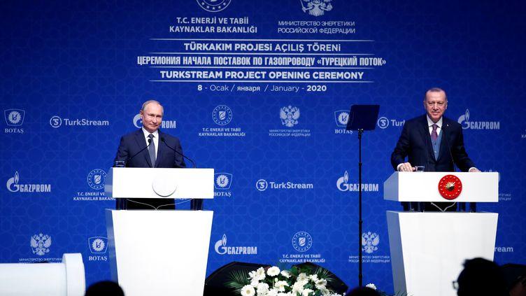 Le président russe Valdimir Poutine et son homologue turc Recep Tayyip Erdogan ont inauguré le 8 janvier 2020 le gazoduc TurkStream qui relie les deux pays. Moscou et Ankara, qui s'opposent sur les terrains syrien et libyen, entretiennent des relations complexes. Photo prise le 8 janvier 2020 à Istanbul. (UMIT BEKTAS / X90076)