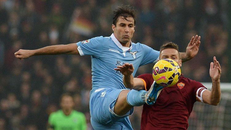 Lorik Cana avec la Lazio lors du derby romain (au duel avec Francesco Totti). (TIZIANA FABI / AFP)