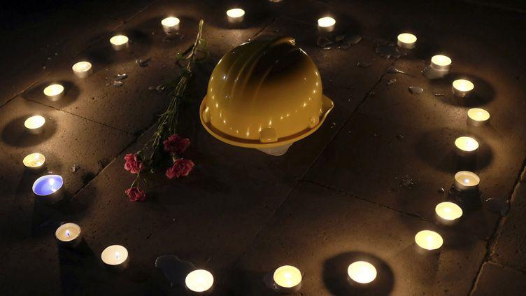 (Un casque et une fleur en hommage aux victimes de l'explosion © Reuters)
