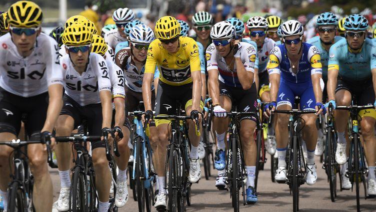 Le maillot jaune de Christopher Froome (Sky) sera-t-il en danger ce week-end ? (LIONEL BONAVENTURE / AFP)
