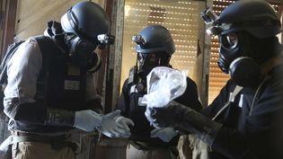Des enquêteurs de l'ONU récoltent des échantillons de traces d'armes chimiques présumées près de Damas, le 28 août 2013. ( REUTERS)