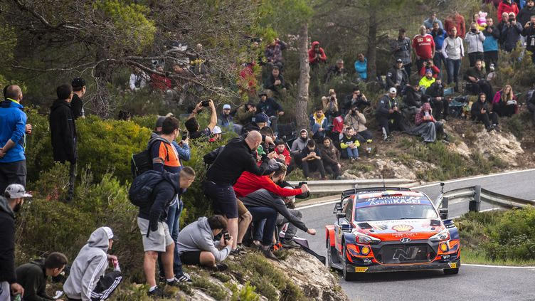 Thierry Neuville (Hyundai) en pleine action, samedi 16 octobre, lors de la deuxième journée du rallye d'Espagne. (NIKOS KATIKIS / NIKOS KATIKIS)