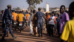 Une patrouille de police sécurise les lieux lors d'un meeting du présidentRoch Marc Christian Kaboré à Dori, le 10 novembre 2020. (OLYMPIA DE MAISMONT / AFP)